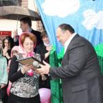 Евгений Евгеньевич Савин вручает Благодарность главы ХОГА Михаила Добкина