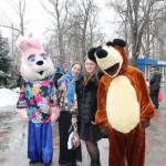 Веселые аниматоры развлекают гостей праздника